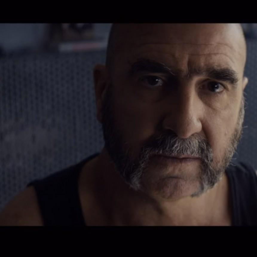 Eric Cantona hace lo que sea para conseguir trabajo, en 'Recursos inhumanos'